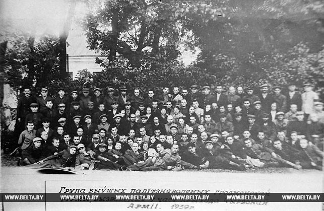 Группа бывших политзаключенных Гродненской тюрьмы, освобожденных после прихода в Западную Беларусь Красной Армии