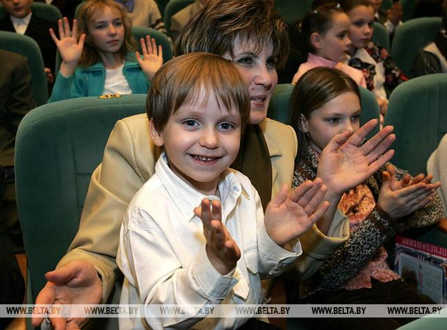 """Новогодняя акция """"Наши дети"""". Во время праздника во Дворце Республики. 2005 год"""