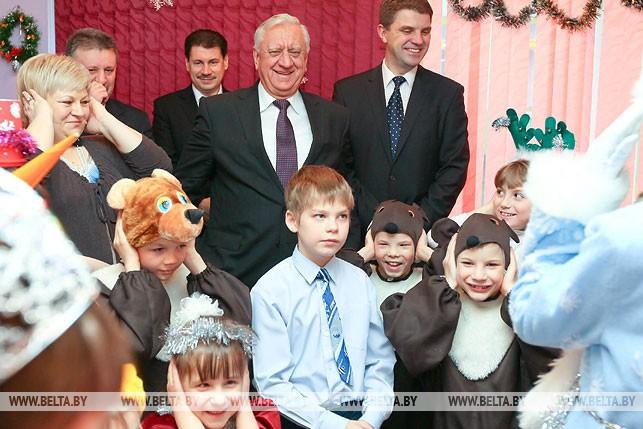 Михаил Мясникович во время посещения детского дома №6 Минска. 2012 год