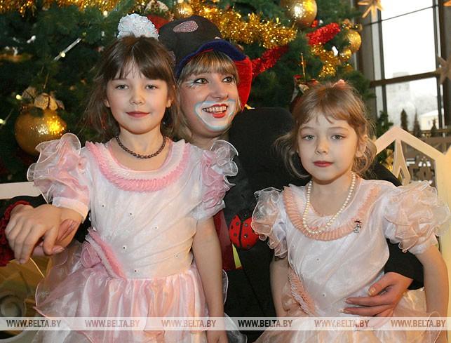 """Новогодняя акция """"Наши дети"""". Во время праздника во Дворце Республики. 2007 год"""