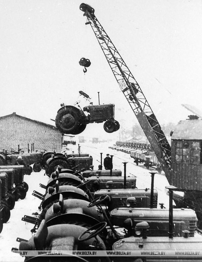 Отправка тракторов с Минского тракторного завода. 1954 год