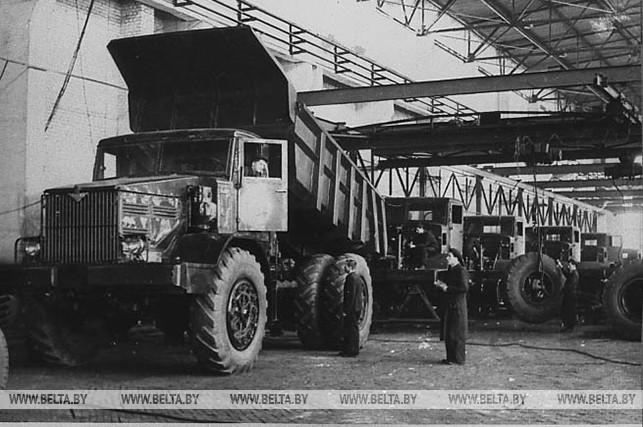 Сборка 25-тонных МАЗов. 1956 год