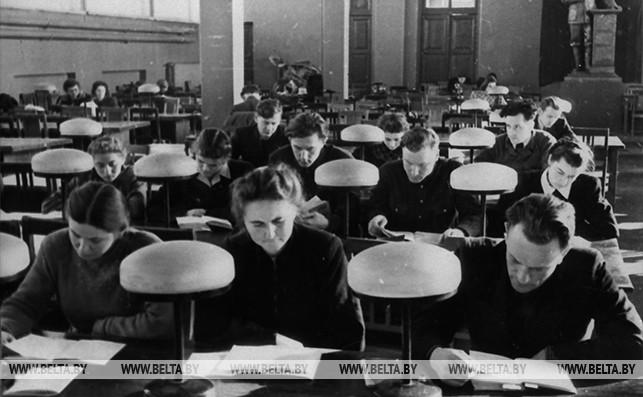 В читальном зале библиотеки им. Ленина. 1954 год