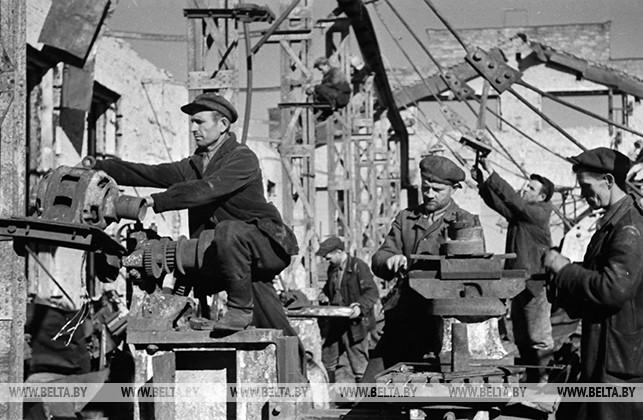 Рабочие Бобруйского станкостроительного завода имени Ленина восстанавливают свой завод. 1944 год
