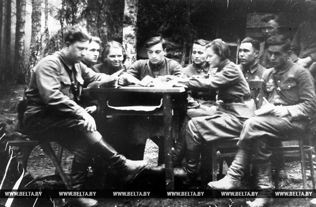 Заседание Червенского подпольного райкома ЛКСМБ. 1943 год