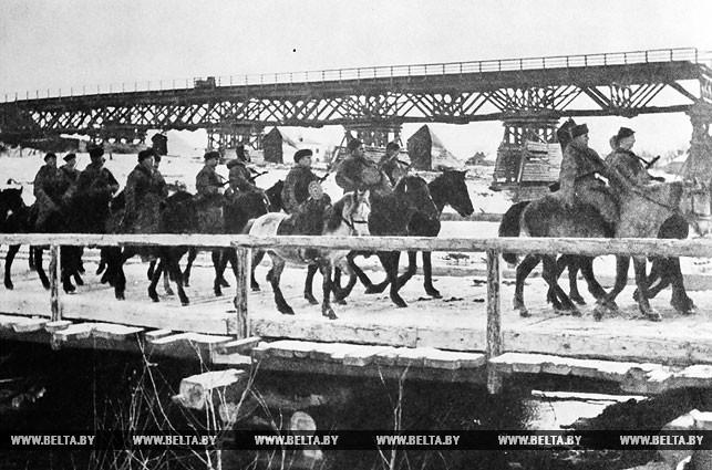 Партизанская конница переправляется через реку Случь. 1943 год