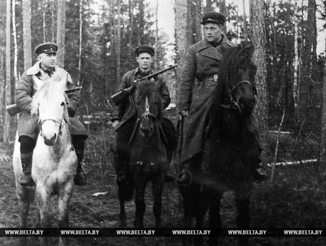 Командир Лепельской партизанской бригады В.Е.Лобанок (первый справа), начальник штаба бригады Леонова, партизан Иван Чернов. 1943 год