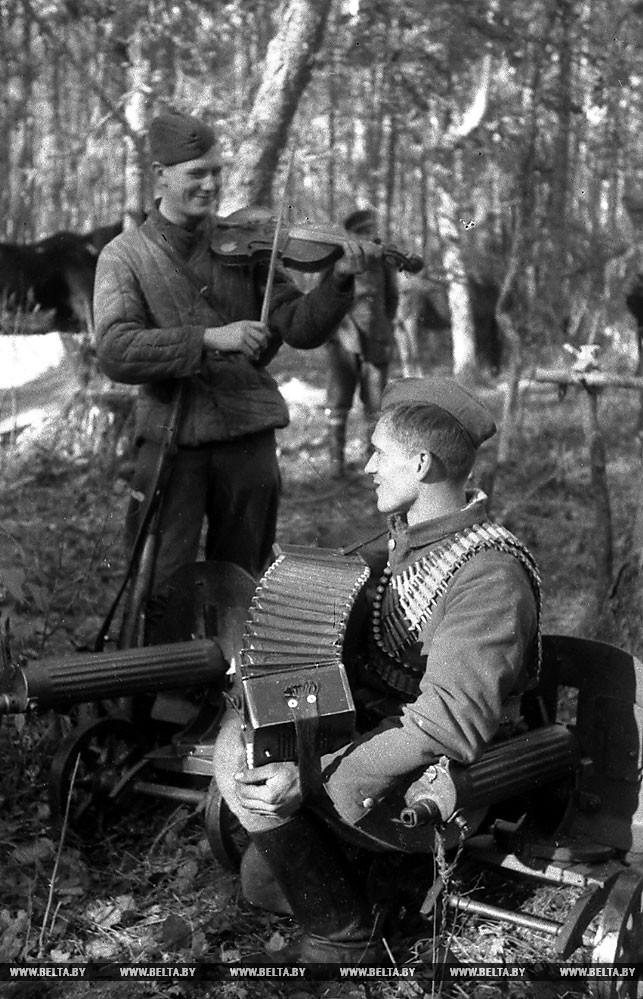Партизаны отряда имени Чернака в минуты отдыха. 1942 год