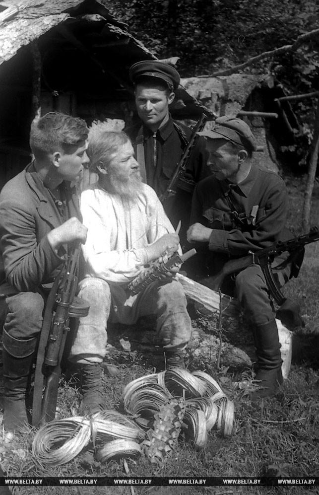 Местный крестьянин рассказывает партизанам о расположении немецких оккупантов. 1943 год
