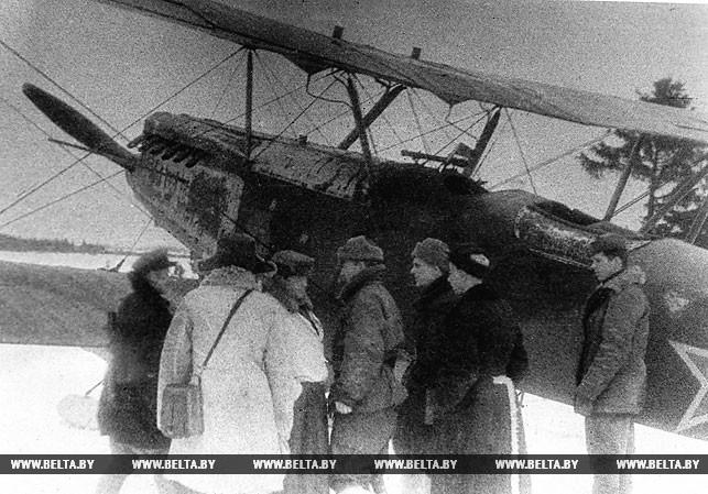 Полоцко-Лепельская партизанская зона. Встреча самолета с Большой земли на партизанском аэродроме. 1943 год