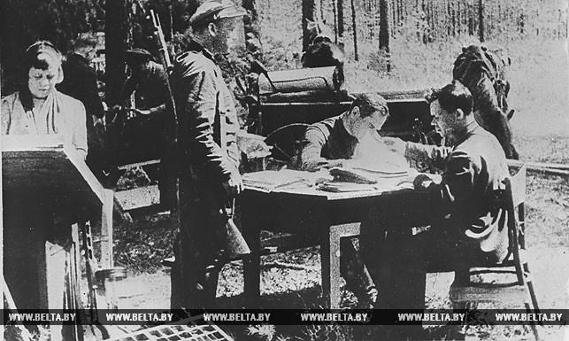 В типографии подпольной партизанской газеты. 1943 год