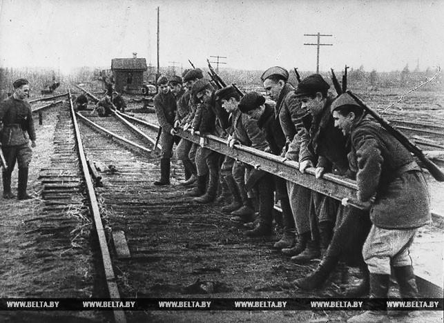 Рельсовая война. Группа партизан разбирает полотно железной дороги. 1943 год