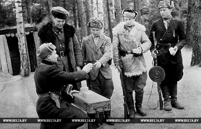 """Брестское партизанское соединение. Партизаны отряда """"Советская Белоруссия"""" готовятся к выполнению очередного задания. 1943 год"""