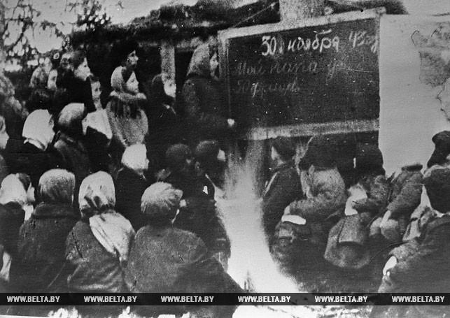 Занятия в лесной партизанской школе отряда имени Калинина Брестского партизанского соединения. 1943 год