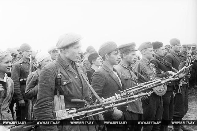 Белорусские партизаны на параде в освобожденном Минске в июле 1944 года