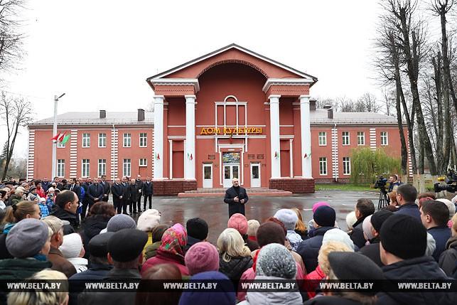 Александр Лукашенко во время общения с местными жителями в Болбасово