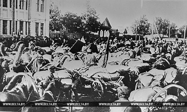 Обозы с хлебом на площади у райисполкома. 1929 год