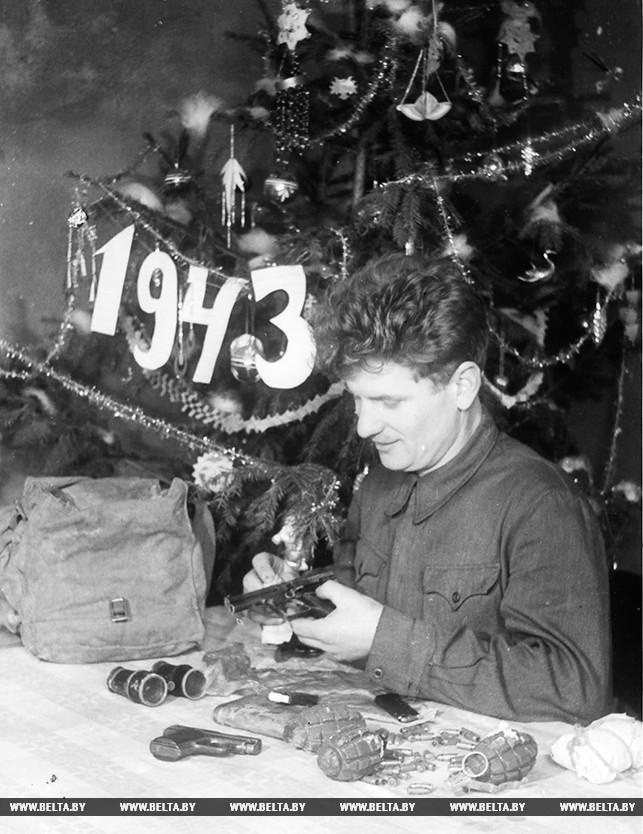 Член брестского подполья Василий Нестеренко в ночь под новый 1943 год готовится к выполнению боевого задания. 1942 год