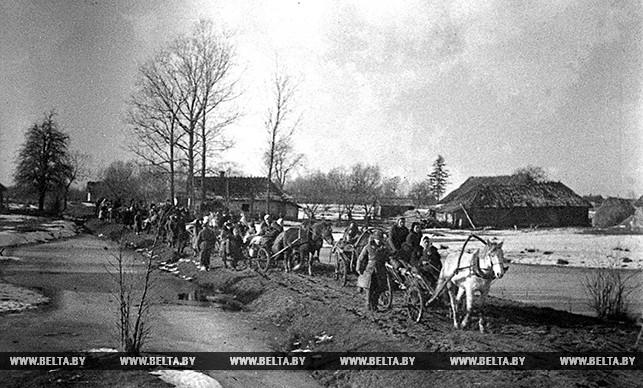 Целыми деревнями уходили крестьяне к партизанам. 1942 год