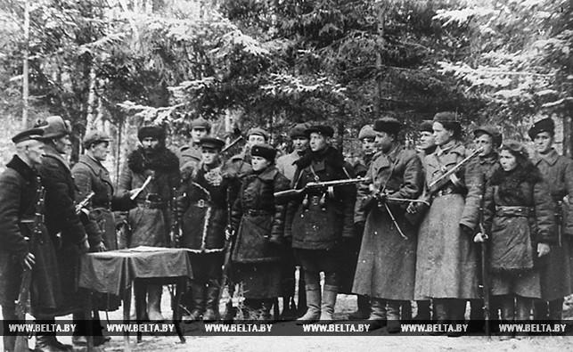 Бойцы партизанского отряда имени Суворова принимают присягу. 1943 год