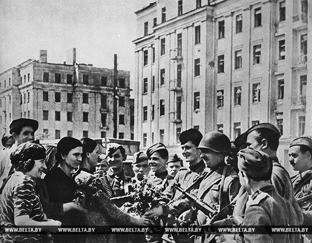 На улицах освобожденного Минска 3 июля 1944 года