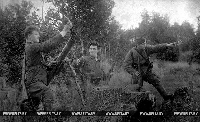 Партизаны ведут минометный огонь по немецкому гарнизону. 1942 год