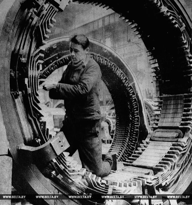 Монтаж турбины для ГЭС. 1931 год