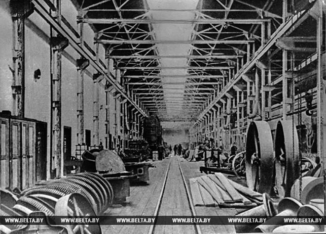 В сборочном цехе завода имени Ворошилова (ныне имени Октябрьской революции). 1932 год