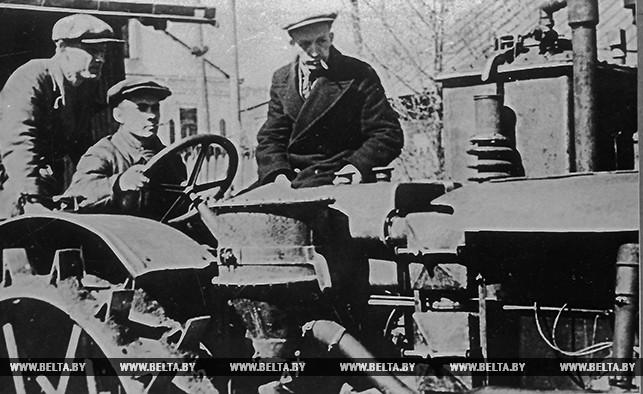 Испытания первого опытного газогенераторного трактора, работающего на торфе, в мастерских АН БССР. 1939 год