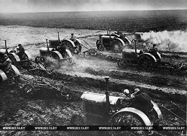 Сельскохозяйственная техника на полях. 1930 год