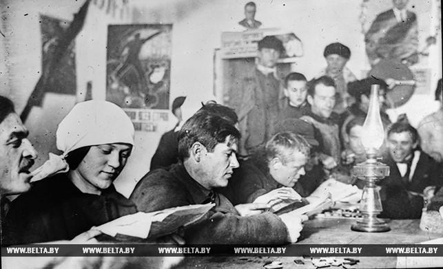 Занятия кружка ликбеза в колхозе имени Дзержинского Гомельского округа. 1929 год