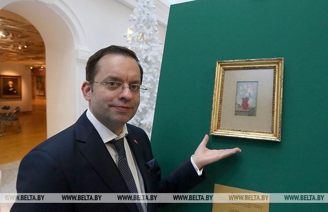 Картина художника Парижской школы живописи Осипа Любича передана в коллекцию НХМ. На снимке: почетный консул Беларуси в Цюрихе Атанасиос Акратос, январь 2018 года