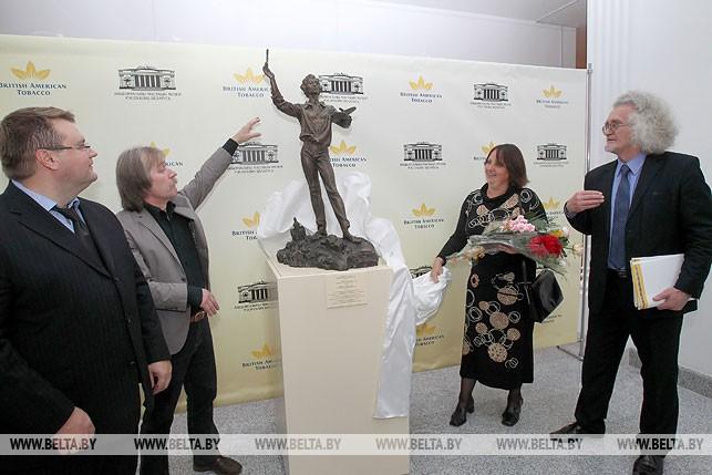 """Национальный художественный музей получил в дар из частной коллекции скульптуру """"Художник и город. М.Шагал"""", сентябрь 2011 года"""