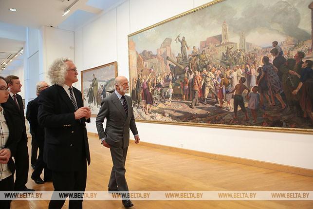 Генеральный директор Национального художественного музея Республики Беларусь Владимир Прокопцов знакомит принца Майкла Кентского с экспозицией, октябрь 2016 года