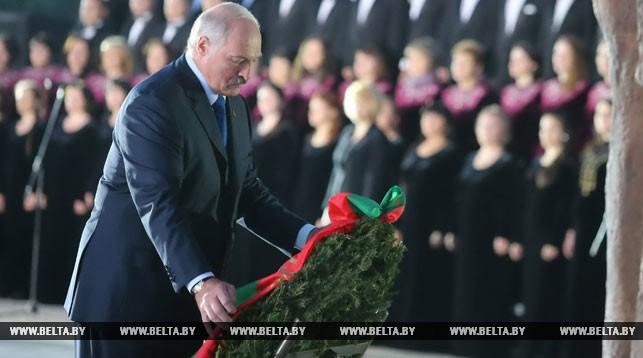 Александр Лукашенко возлагает венок к монументу
