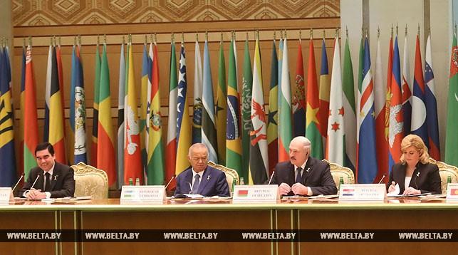 Александр Лукашенко во время работы конференции