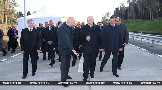 Александр Лукашенко во время посещения нового участка второй кольцевой автодороги