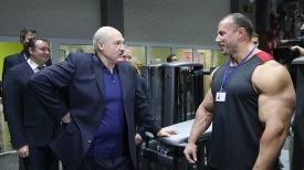 """Александр Лукашенко во время посещения физкультурно-оздоровительного комплекса """"Мандарин"""""""