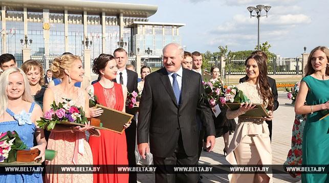 Александр Лукашенко с участниками бала