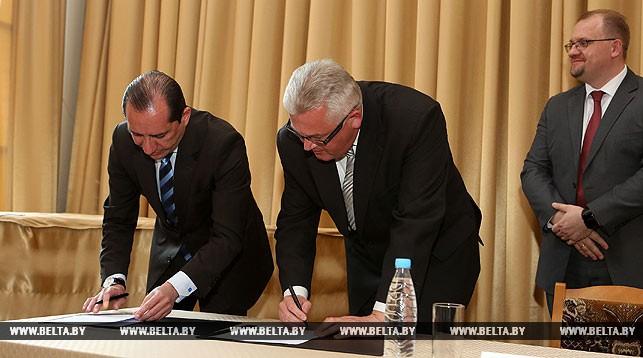 Во время подписания соглашения