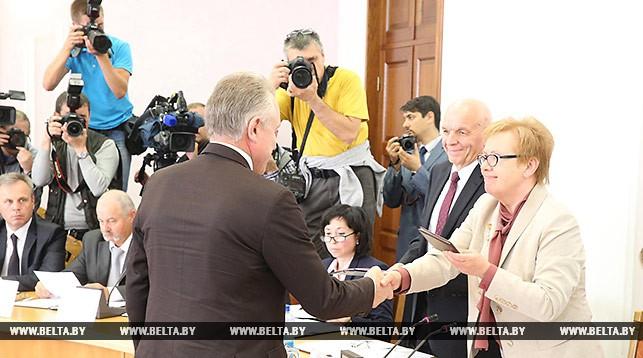 Удостоверение кандидата в Президенты Беларуси получает руководитель инициативной группы Александра Лукашенко Михаил Орда