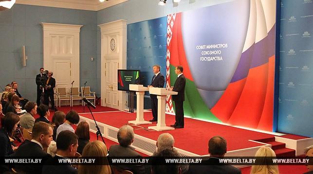 Премьер-министр Беларуси Андрей Кобяков и премьер-министр России Дмитрий Медведев во время пресс-конференции.