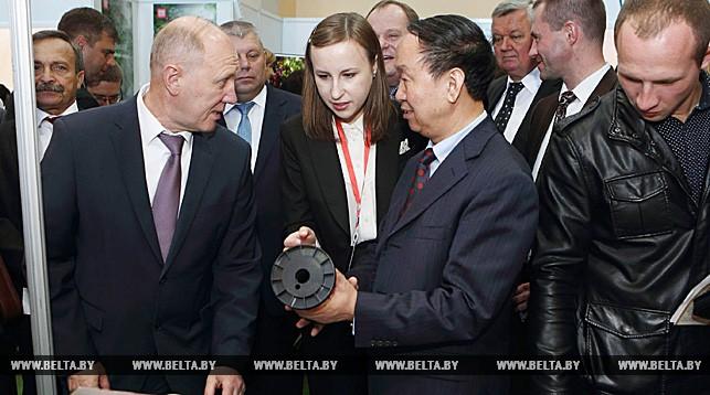 председатель гродненского облисполкома Владимир Кравцов и заместитель начальника департамента коммерции провинции Ганьсу КНР Чжань Шиэнь.