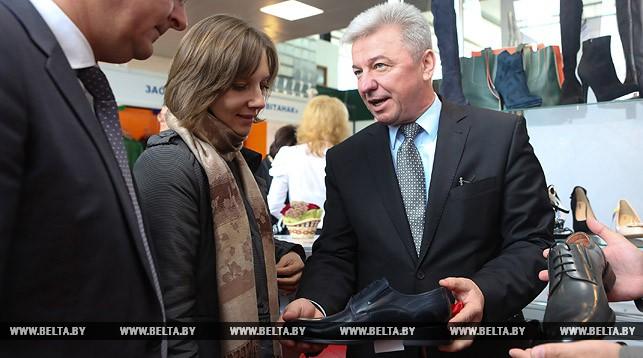 """Председатель концерна """"Беллегпром"""" Николай Ефимчик на выставке."""