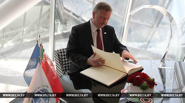 Андрей Кобяков оставляет запись в книге почетных гостей