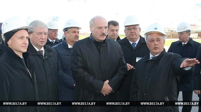 Александр Лукашенко знакомится с производственной базой строительства БелАЭС
