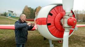 Дмитрий Ходиков проводит технический осмотр самолета