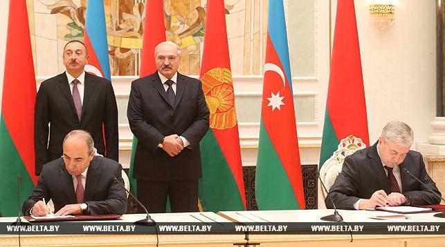 Заместитель премьер-министра Беларуси Владимир Семашко и первый заместитель премьер-министра Азербайджана Ягуб Эюбов подписывают договор о социально-экономическом сотрудничестве между Беларусью и Азербайджаном до 2025 года