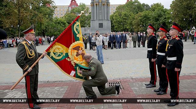 Станислав Зась передает копию старинного белорусского знамени Полоцкому кадетскому училищу