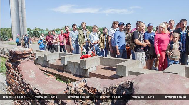 Белорусско-российский студенческий отряд провел флешмоб у стен Брестской крепости